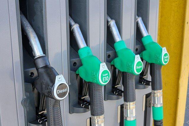 Beim Tanken können Fahrer durch ein wirtschaftliches Fahren sparen.