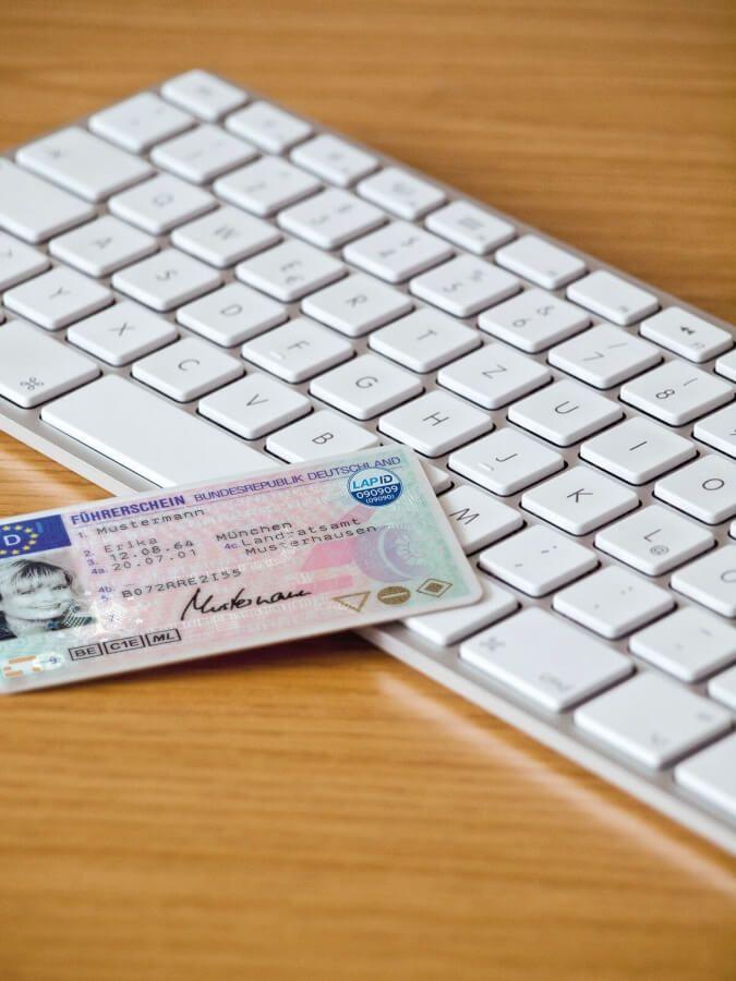 Führerschein liegt auf Tastatur