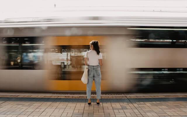 Frau vor Zug