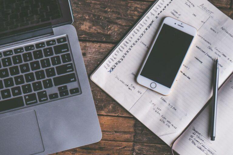 Checkliste, Laptop und Handy