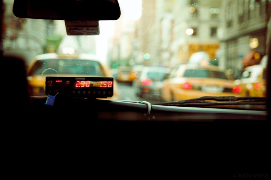Kostenübersicht im Taxi