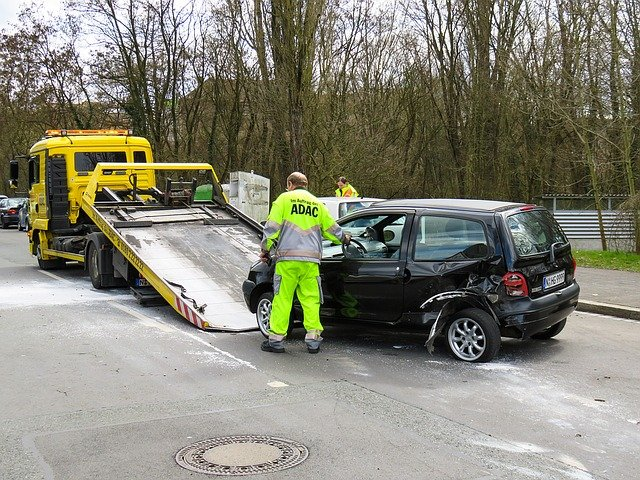 ADAC begutachtet einen Unfallwagen