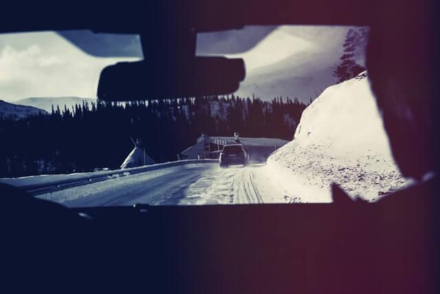 Fahrer in Auto im Winter
