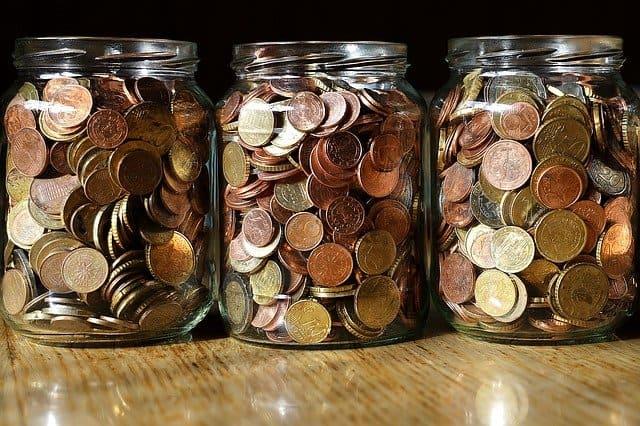Münzen werden in Gläsern gesammelt.