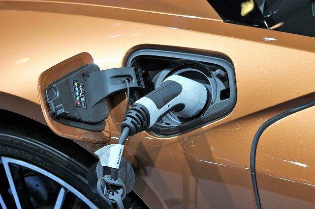 Hybrid-Fahrzeug wird mit Strom aufgeladen.