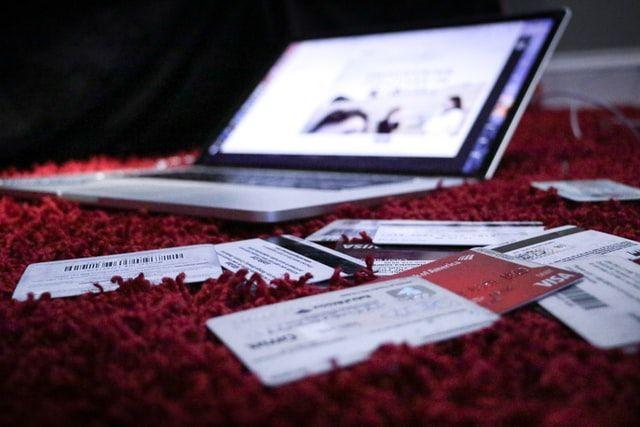Laptop und Dokumente