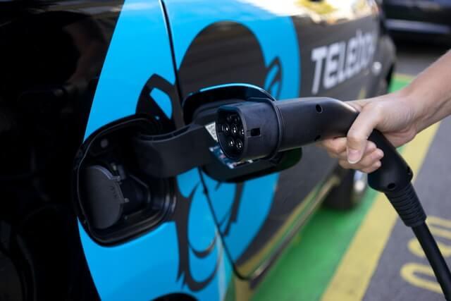 Ein Elektroauto wird geladen