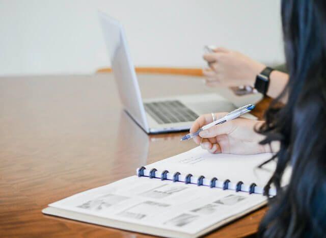 Bilanzreport auf Schreibtisch