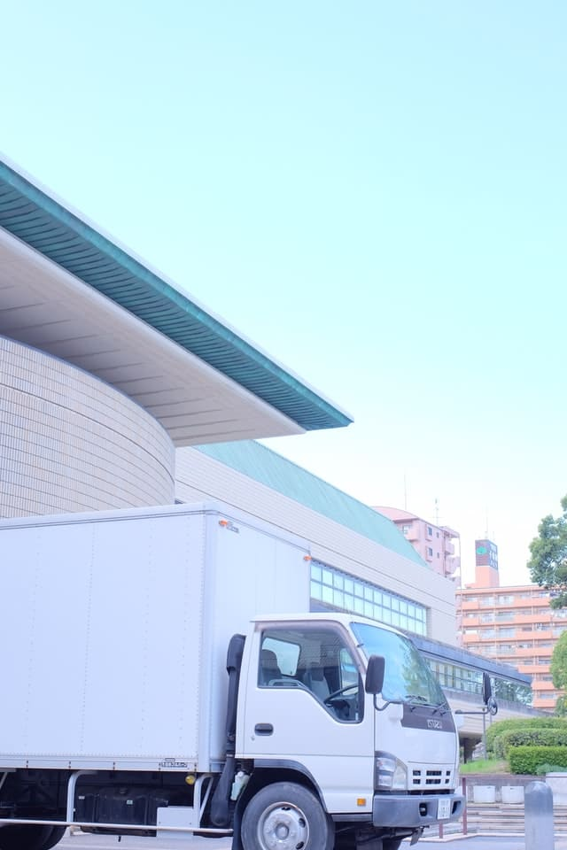 Lkw steht vor einem Gebäude.