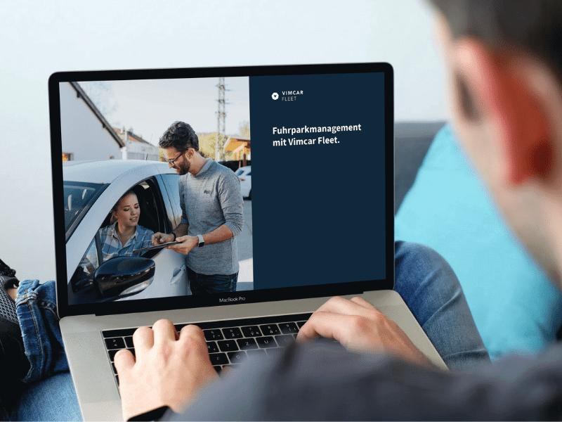 Broschüre zur digitalen Fuhrparkverwaltung auf Laptop geöffnet