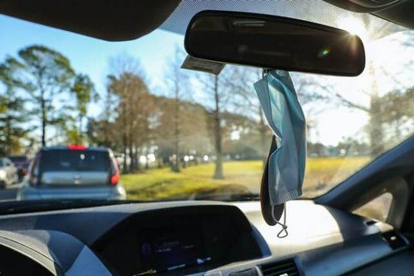 Maske hängt im Auto