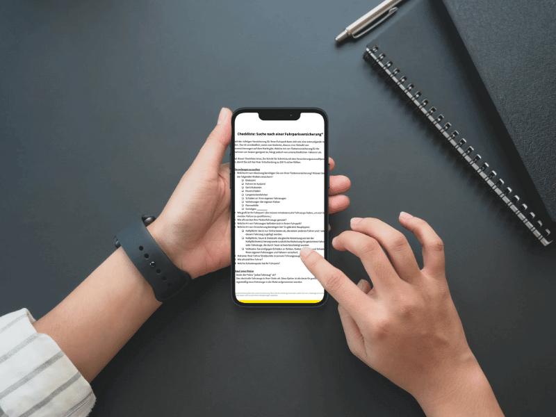 Smartphone zeigt Fuhrparkversicherung Checkliste