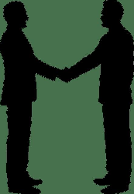 Zwei Menschen schütteln sich die Hand.
