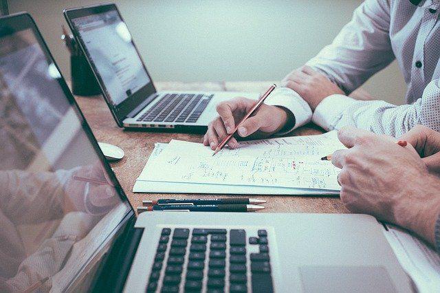 Ein Mann macht sich Notizen am Schreibtisch.