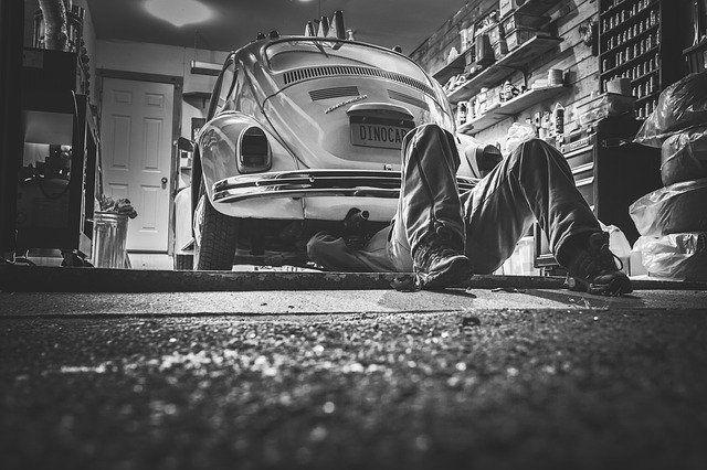 Schwatzweiß Foto einer Autowerkstatt.