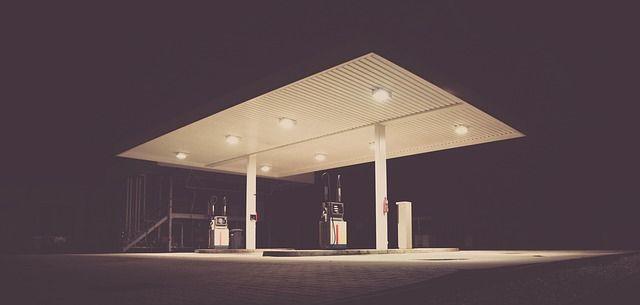 Tankstelle bei Nacht.