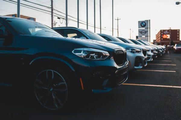 Autos stehen bei einem Autohändler.