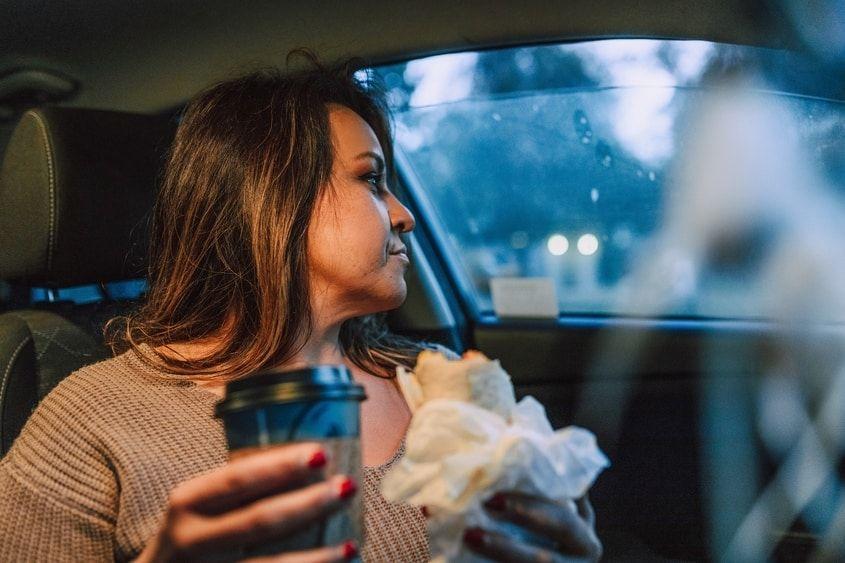 Frau fährt Pkw und guckt aus dem Fenster