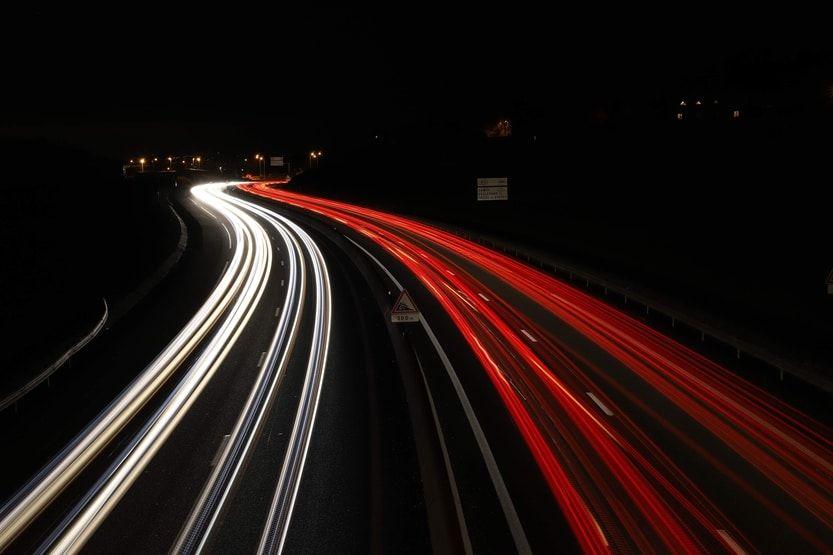 Autobahn im Dunkeln