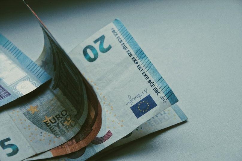 20 Euro Schein auf Tisch
