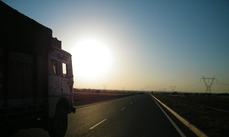 Lkw im Sonnenuntergang