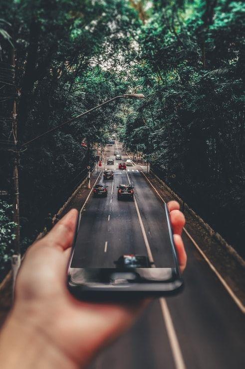 Smartphone wird zu Straße