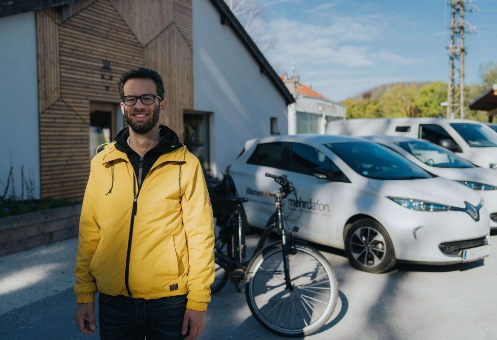 der Fuhrparkleiter Daniel Pfeifenberger des Unternehmens bienenlieb e.V.